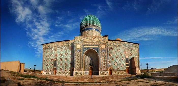 Nằm ở thành phố Turkestan, miền Nam Kazakhstan, khu lăng mộ Khoja Ahmed Yasawi là một trong những công trình kiến trúc cổ nổi tiếng nhất ở khu vực Trung Á.