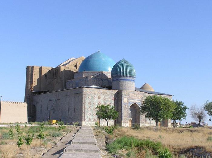 Nhà thờ này được bao phủ bởi một mái vòm nằm trên những khung cuốn