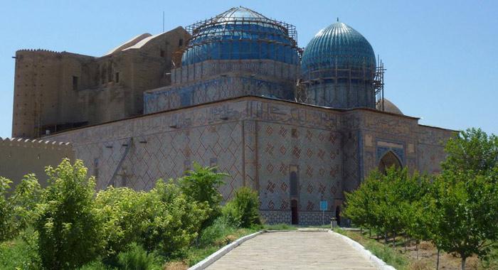 Lăng mộ Khoja Ahmed Yasawi là điển hình kiến trúc lăng mộ tại Kazakhstan, không những vậy công trình này còn ảnh hưởng mạnh mẽ tới phong cách kiến trúc cho những lăng mộ được xây dựng sau tại Kazakhstan và những khu vực lân cận.