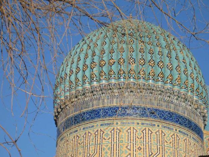 Mái vòm hình cầu của lăng mộ Khoja Ahmed Yasawi có quy mô lớn nhất Trung Á được trang trí bằng gạch men được trang trí họa tiết và khắc chữ.
