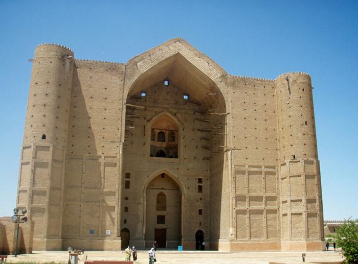 Điều đặc biệt là lối vào của lăng mộ và mái vòm cửa chính chưa được hoàn thành do công trình đang được xây dựng đến năm 1405 thì vua Timur băng hà.