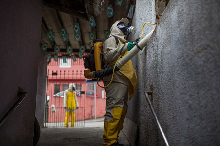 Nhân viên y tế phun thuốc diệt muỗi để ngăn dịch sốt xuất huyết và virus Zika bùng phát.