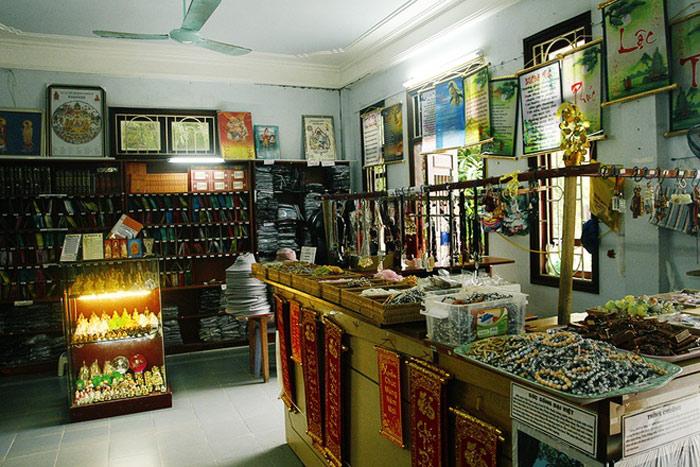 Gian nhà chuyên bán các loại sách, kinh về Phật pháp và cả những món quà lưu niệm được sản xuất tại chùa.