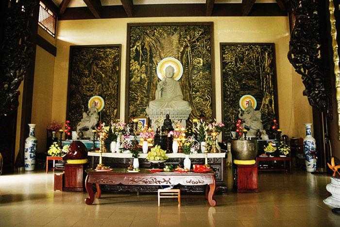 Thiền viện có tòa Đại Hùng Bửu Điện - là tòa chính điện nằm ở trung tâm, cao 17 m, diện tích 675 mét vuông, có sức chứa 600 người.