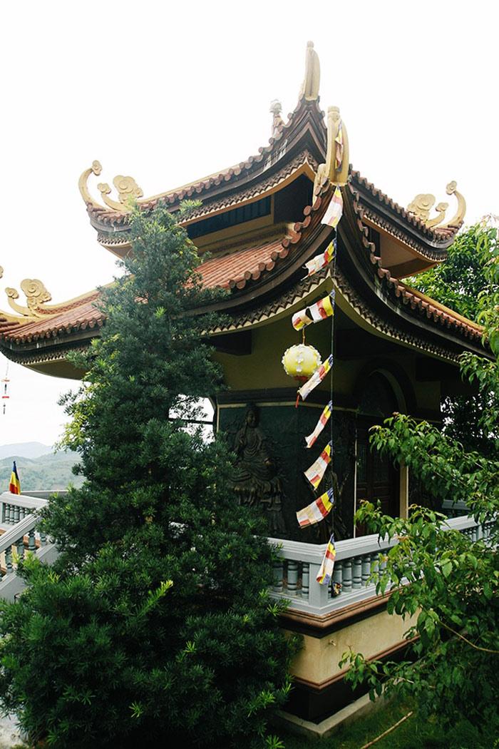Lầu Trống. Thân trống làm bằng một khối gỗ mít rừng Gia Lai có đường kính 1,3 m, dài 2 m. Bên trái là Lầu Chuông. Quả chuông có cân nặng là 2 tấn được đúc từ một làng nghề truyền thống nổi tiếng ở Huế.