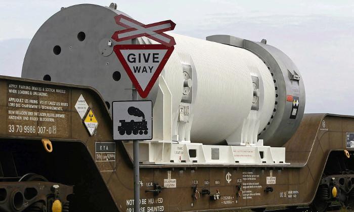 Chất thải hạt nhân được chở bằng tàu hỏa đến khu vực xử lý.