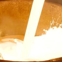 Video: Cục tuyết nguyên vẹn trong lò luyện thép 2.000 độ
