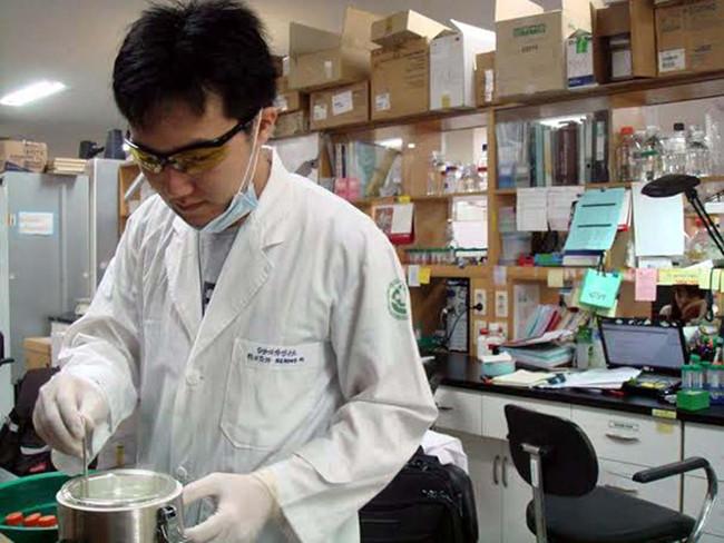 Tiến sĩ Nguyễn Hồng Vũ trong phòng thí nghiệm tại Hàn Quốc.