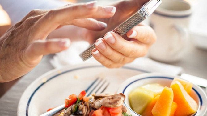 Vừa ăn vừa dùng điện thoại