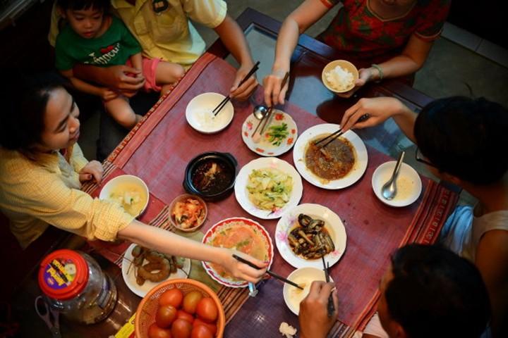 Gắp thức ăn cho người khác