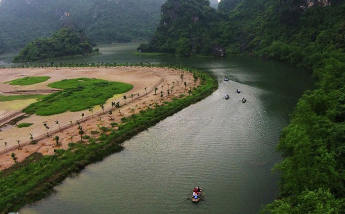Danh thắng Tràng An với cảnh quan thiên nhiên nổi bật, lịch sử văn hóa, đã dễ dàng chinh phục những du khách lần đầu ghé thăm. Tràng An có đầy đủ tiềm lực để vươn tầm trở thành khu du lịch mang tầm cỡ quốc tế, đã được UNESCO công nhận là Di sản Văn hóa và Thiên nhiên Thế giới.
