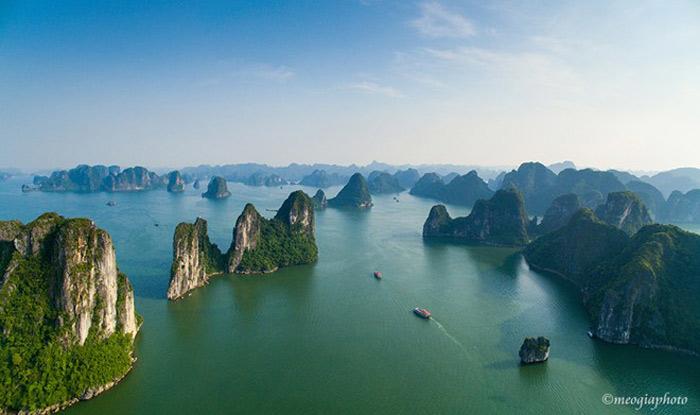 Vịnh Hạ Long cũng là danh thắng được đoàn làm phim lựa chọn. Kỳ quan thiên nhiên này là điểm du lịch không thể bỏ qua của các du khách quốc tế khi tới Việt Nam.