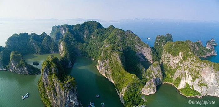 Vịnh hình thành sau sự kiến tạo địa chất từ hàng trăm triệu năm, bao gồm gần 2.000 hòn đảo đá vôi trải dài trên diện tích rộng tới 1.553 km2. Sự kết hợp các yếu tố về môi trường, khí hậu, địa chất, thiên nhiên... tạo nên một quần thể sinh thái đa dạng đặc biệt và duy nhất trên thế giới.
