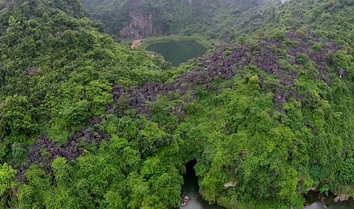Một danh thắng rất nổi tiếng khác ở Ninh Bình là quần thể du lịch Tràng An gồm chùa Bái Đính, cố đô Hoa Lư, Tam Cốc - Bích Động, bến thuyền Tràng An.