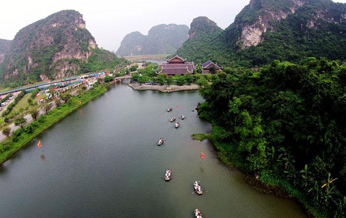 Bên trong quần thể danh thắng có nhiều hang độngn là di tích khảo cổ học, nằm trọn trong khu rừng đặc dụng Hoa Lư với 31 đầm, hồ được nối thông bằng 48 hang động.