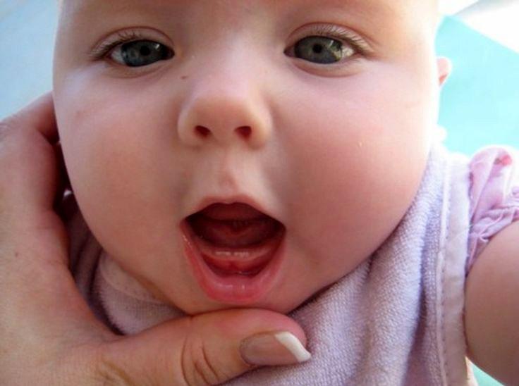 Trước khi răng của bé nhú lên, mẹ sẽ thấy lợi của bé đỏ và sưng to, sốt nhẹ