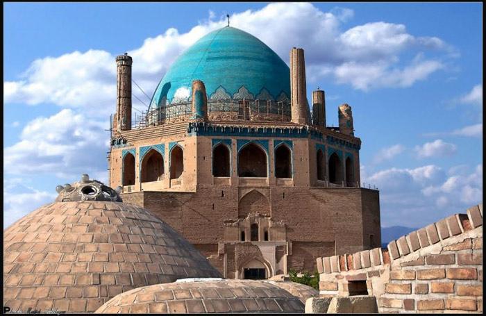 Riêng phần mái vòm của lăng mộ (hay còn gọi Mái vòm Soltaniyeh) nặng khoảng hơn 200 tấn với chiều cao 49 mét