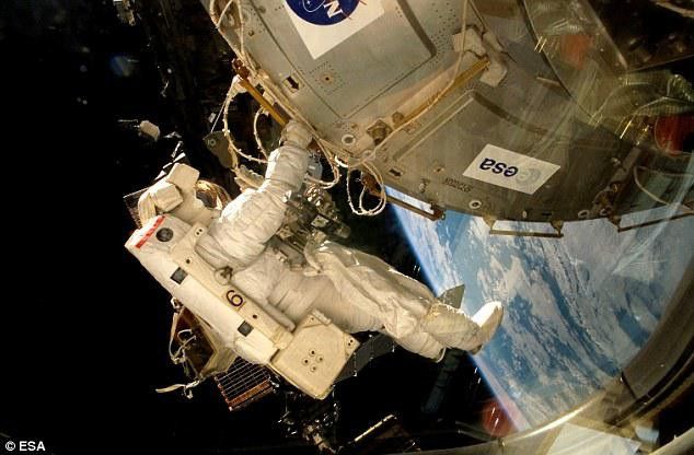 Phi hành gia làm việc ngoài không gian.
