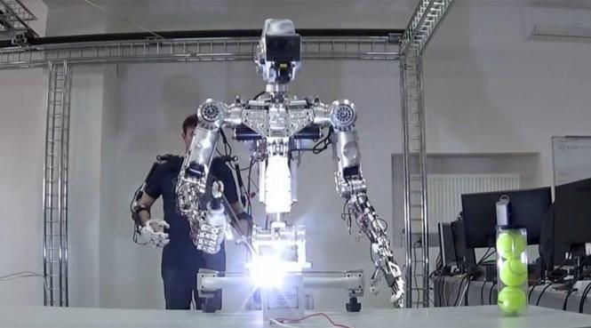 Robot Fyodor đang thực hiện thao tác hàn.