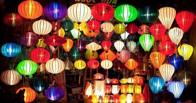 Tết Nguyên Tiêu nổi tiếng với lễ hội đèn lồng.