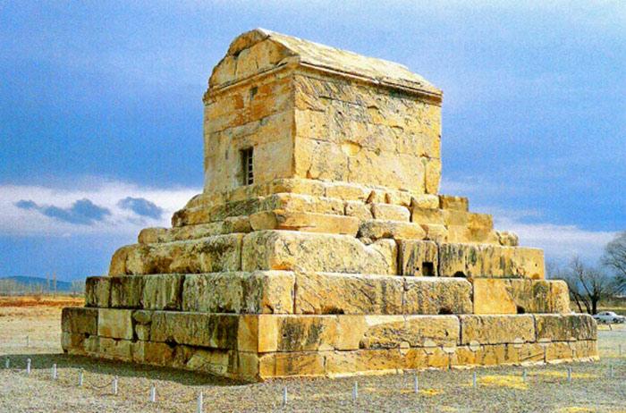 Lăng mộ Cyrus Đại Đế tại cố đô Pasargadae ở Iran