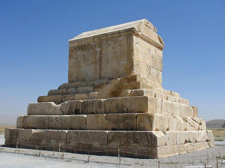 Lăng mộ Cyrus Đại đế được xây dựng bằng đá sa thạch trắng.