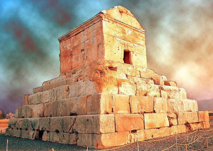 Lăng mộ của Cyrus Đại Đế có chiều cao 11 mét, mặt dáy 12x13 mét với kiến trúc được cho là có sự ảnh hưởng từ những ngôi mộ xứ Lydia.
