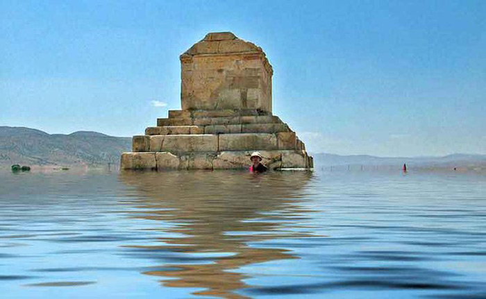 Lăng mộ này đã từng bị đe dọa bởi những trận lũ lụt, cũng chính vì lý do đó đã góp phần đầy nhanh tiến độ  để Iran hoàn tất hồ sơ đề nghị Unesco công nhận di tích này là Di sản văn hóa. Trở thành di sản văn hóa thế giới, di tích này có nhiều cơ hội để được bảo tồn và phát huy giá trị tốt hơn.