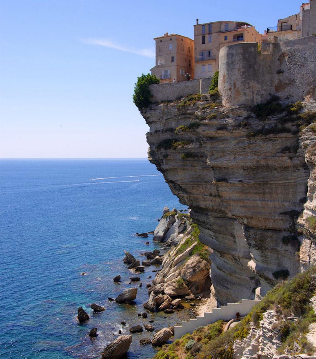 Thị trấn Bonifacio, Pháp ở độ cao trung bình so với mực nước biển là 70m với nơi cao nhất là 340m.