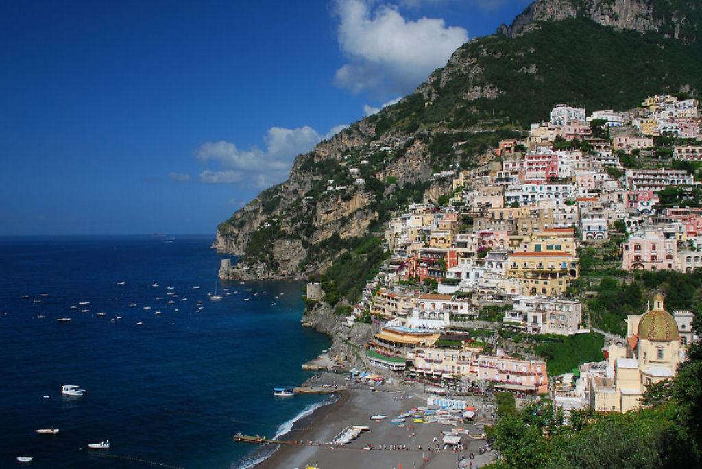Khu du lịch Positano, Italy nằm trên ngọn đồi dốc ra biển.