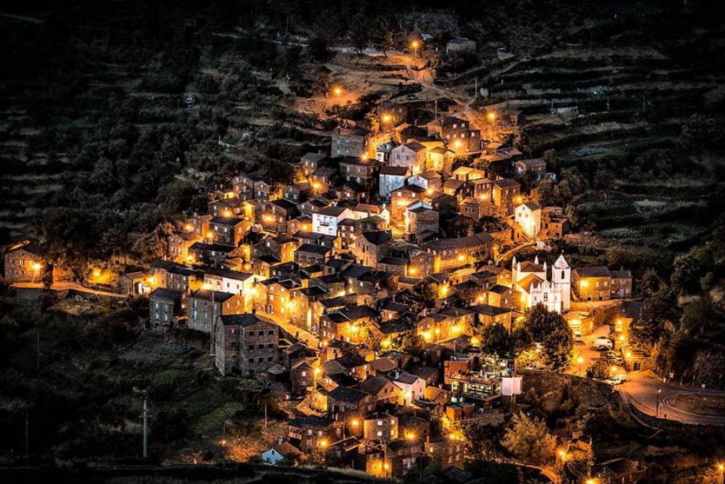 Ngôi làng cổ kính Piodao, Bồ Đào Nha vào ban đêm.