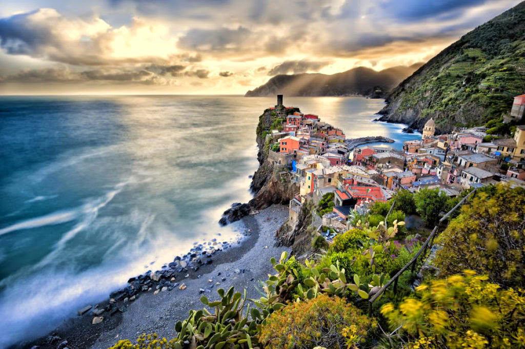 Thị trấn Vernazza, ở tỉnh La Spezia, vùng Liguria, phía tây bắc Italy là một trong năm thành phố trong vườn quốc gia - khu vực di sản thế giới Cinque Terre.