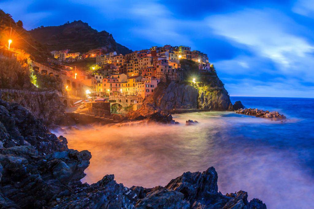 Khung cảnh lúc chập choạng tối tại Manarola, La Spezia, Italy.