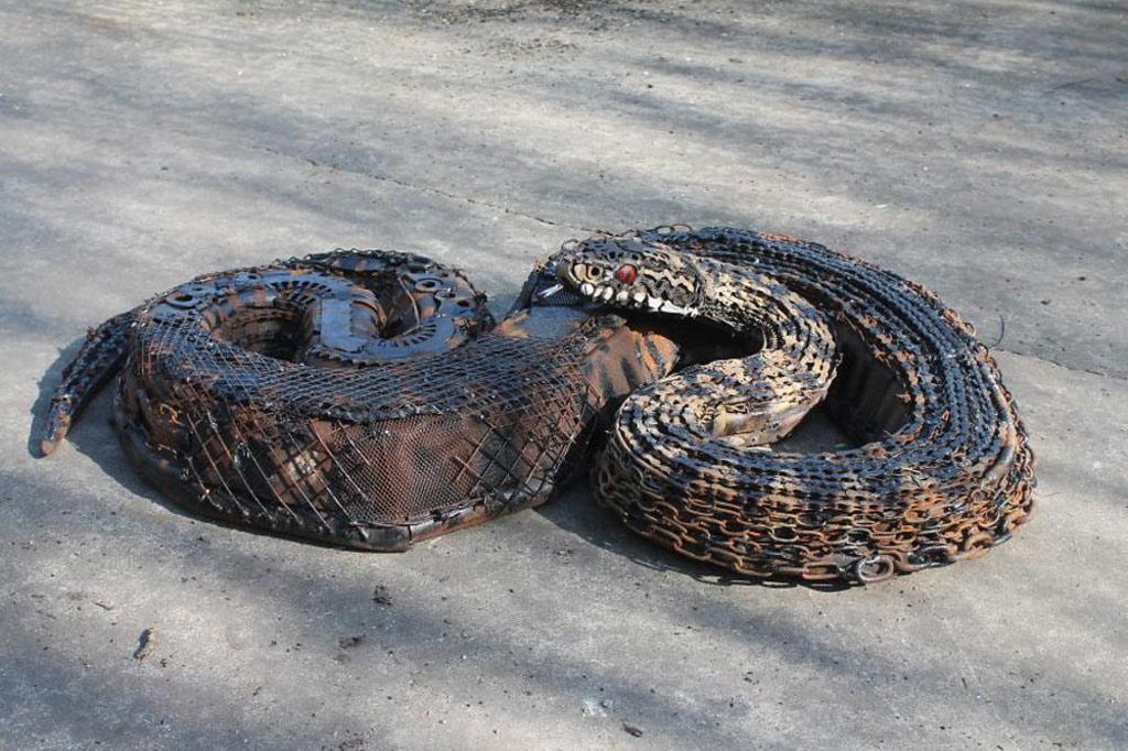 Liệu bạn có giật mình vì con rắn quá giống thật?