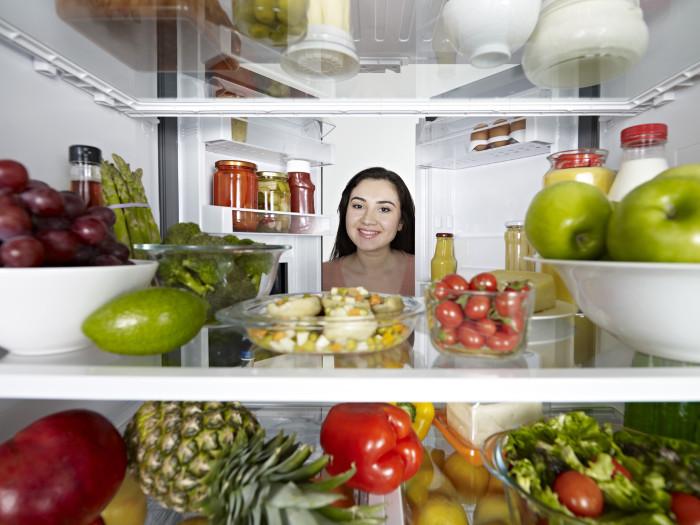 Khi thức ăn nóng bị làm lạnh quá nhanh đều có thể làm hỏng bề mặt của đồ ăn cũng như làm tăng nguy cơ phát sinh vi khuẩn.