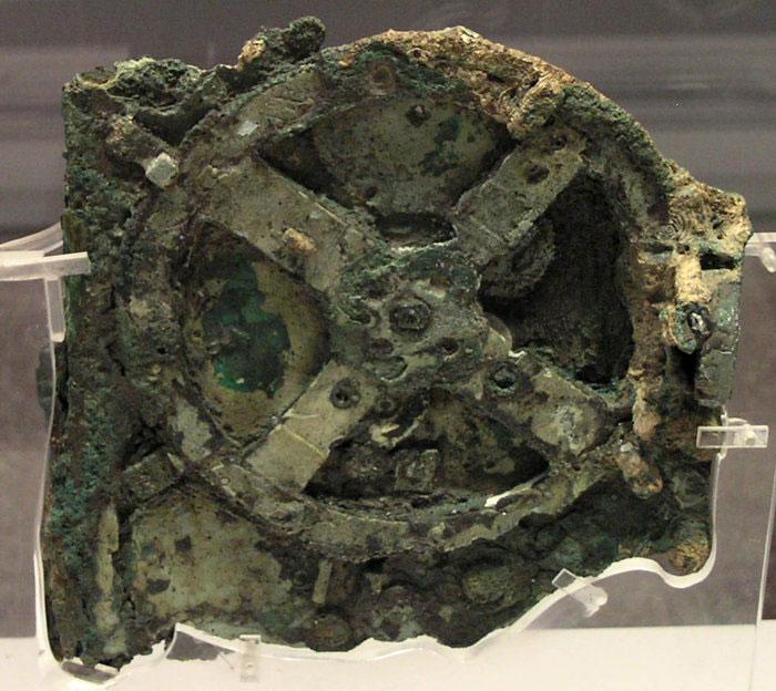 Cỗ máy Antikythera trưng bày ở Bảo tàng Khảo cổ Quốc gia Athens.