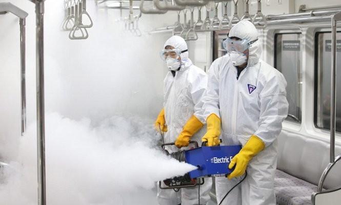 Nhân viên dịch tễ Hàn Quốc đang xịt muỗi phòng dịch Zika lan đến nước này