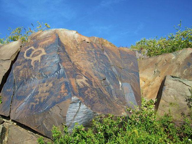 Những bức tranh khắc đá này hầu như nằm ẩn sâu trong hẻm núi
