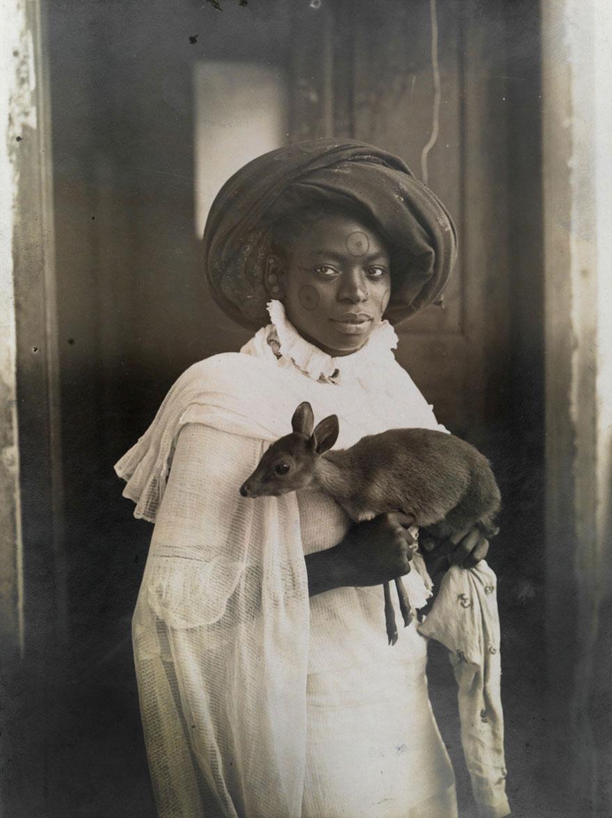 Người phụ nữ Kenya và chú nai nhỏ tại Mombassa