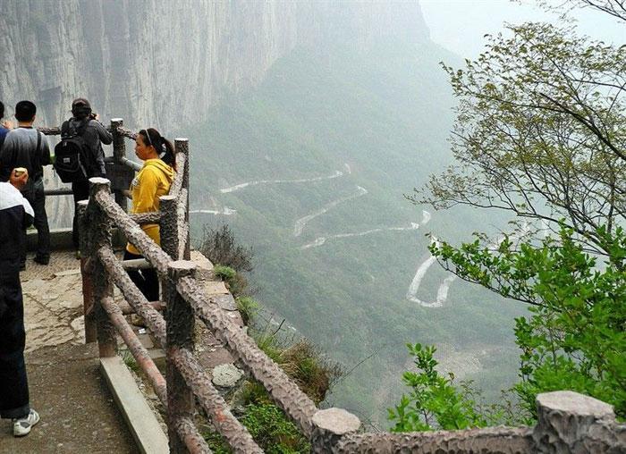 Con đường hình chữ Z cheo leo trên vách đá xa xa kia chính là con đường đi xuống núi
