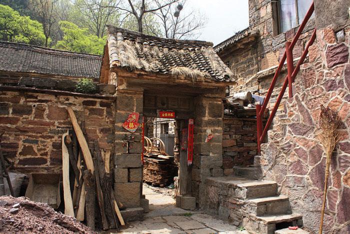 Những ngôi nhà trong làng vẫn được duy trì theo phong cách triều nhà Thanh và triều nhà Minh.