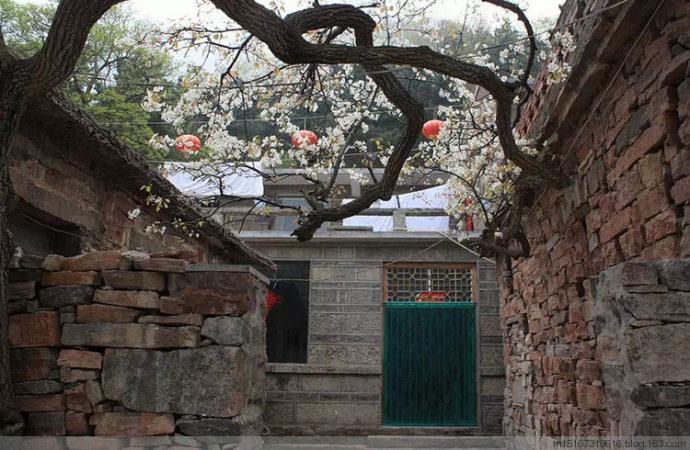 Ngôi nhà bằng đá với sân nhỏ yên tĩnh, không thể tưởng tượng được rằng nó ở độ cao 1700m so với mặt nước biển.