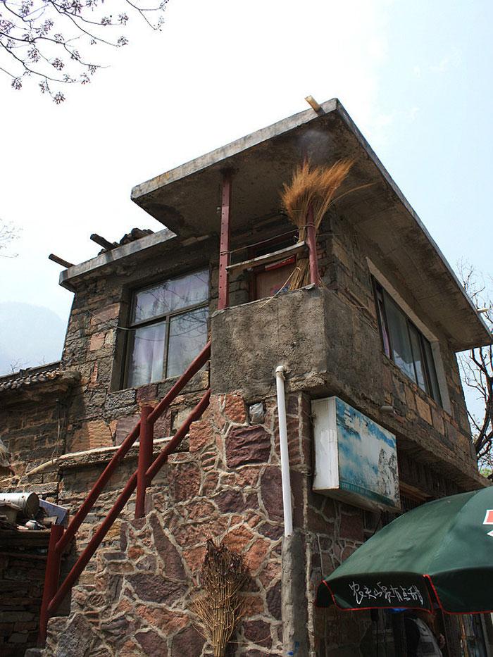 Ngôi nhà nhỏ tươi cười trong gió đông, thiết kế đơn giản có lẽ là yếu tố hiện đại hóa.