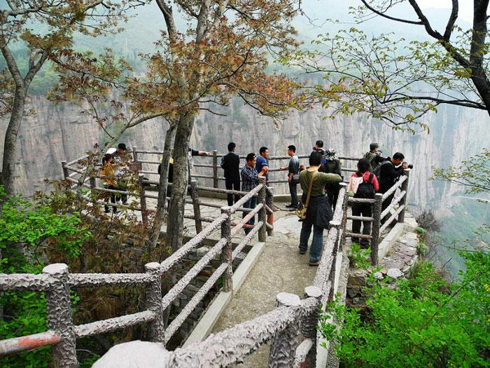 Đến làng Quách Lượng, đứng ở độ cao 100m, người ta có thể nhìn xa trông rộng, như quan sát được cõi hồng trần.
