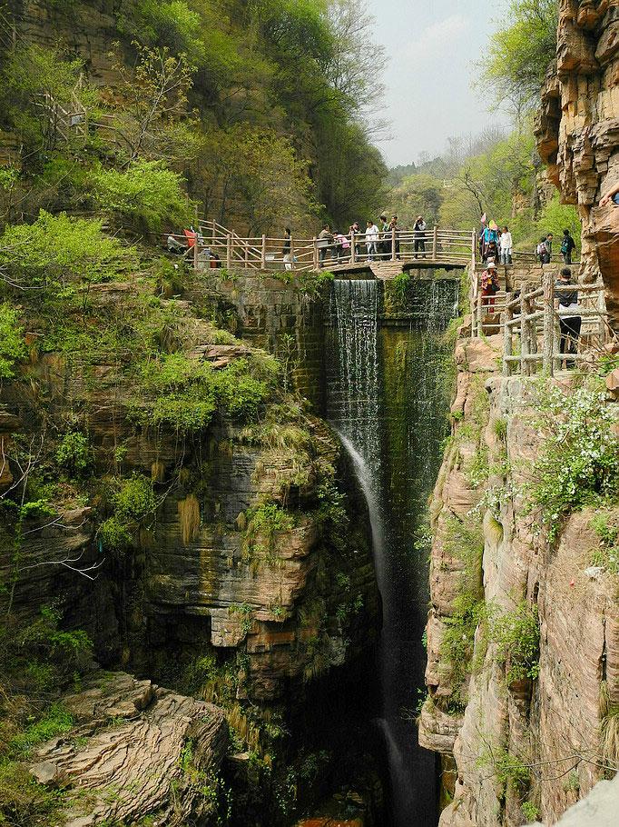"""Trên vách đá dựng đứng cao 1700m so với mực nước biển còn có một thác nước duyên dáng, tạo thành cảnh đẹp phong tình """"cao sơn mỹ thủy"""" của viên ngọc Thái Hành"""