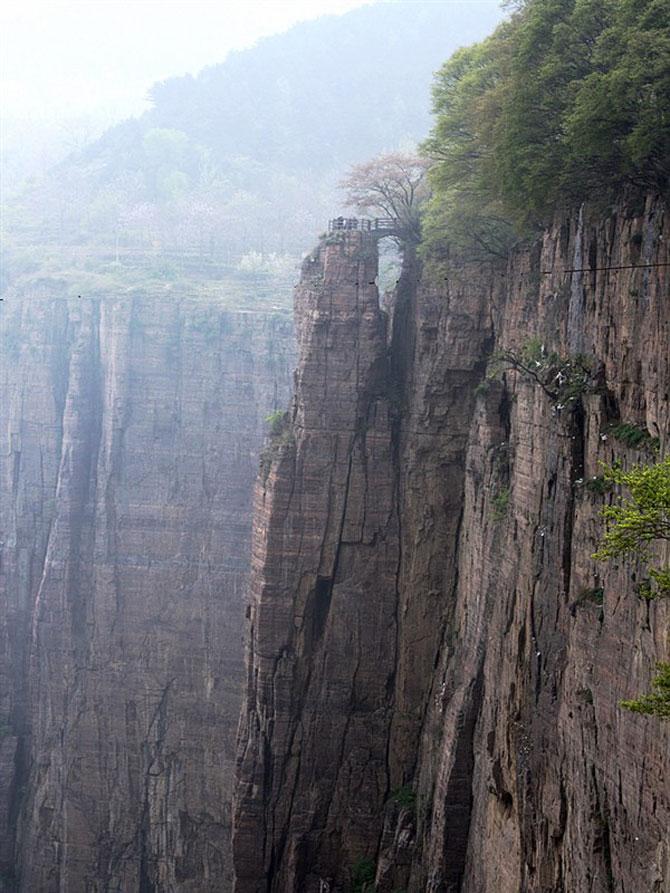 Vách đá dựng đứng sừng sững và tinh thần vững vàng của dân làng sẽ mãi lưu tồn trong lòng mỗi người.