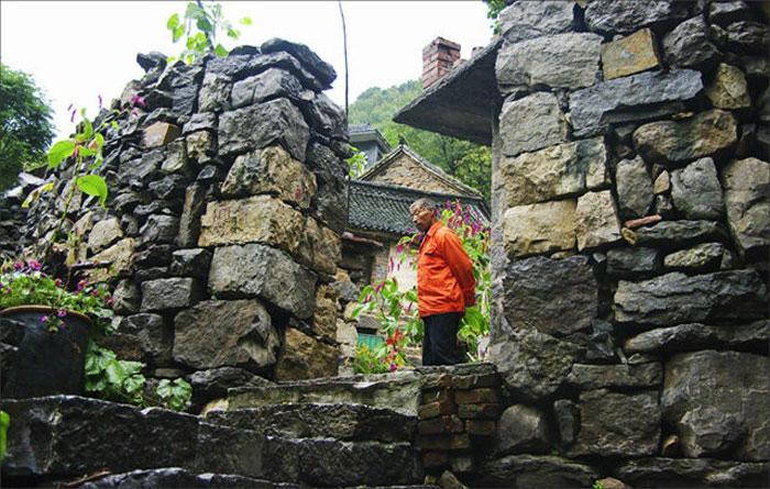 Ngôi nhà được xây dựng chắp vá bằng những hòn đá