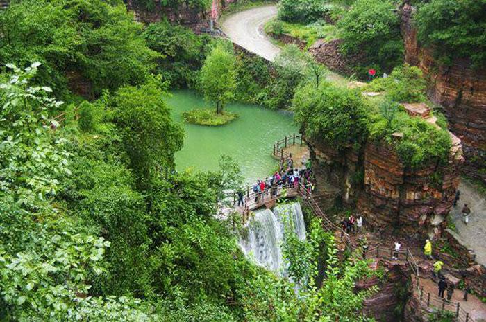 Một thắng cảnh nổi tiếng khác của Quách Lượng là hồ Thiên Trì. Năm 1975, người dân Quách Lượng đã xây đập ngăn nước này, tạo thành hồ chứa nước.