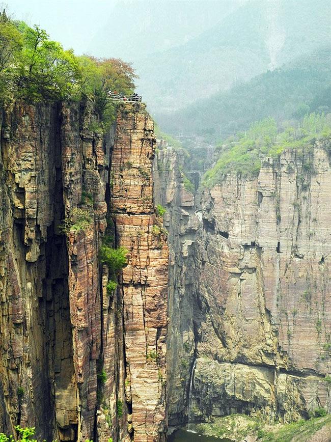 13 người đàn ông của làng Quách Lượng phải mất 5 năm mới hoàn thành được con đường trên vách đá dài 1250m