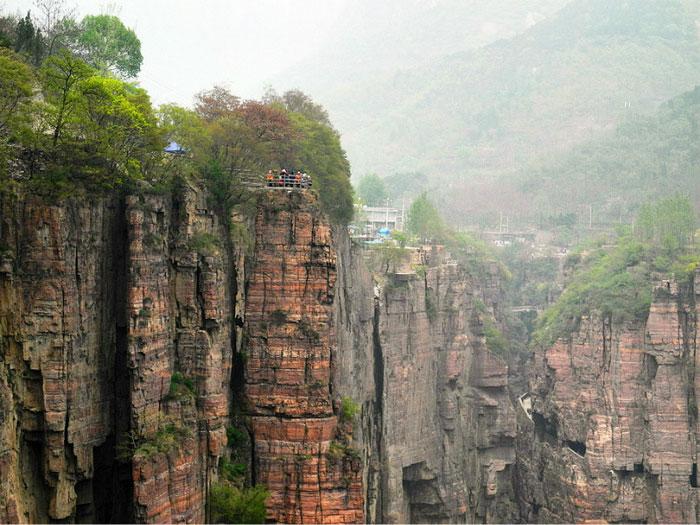 Con đường cheo leo trên vách đá ở bên phải chính là đường xuống núi hiện nay.